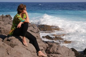 Kvinde ved strand nyder alenetid uden børn