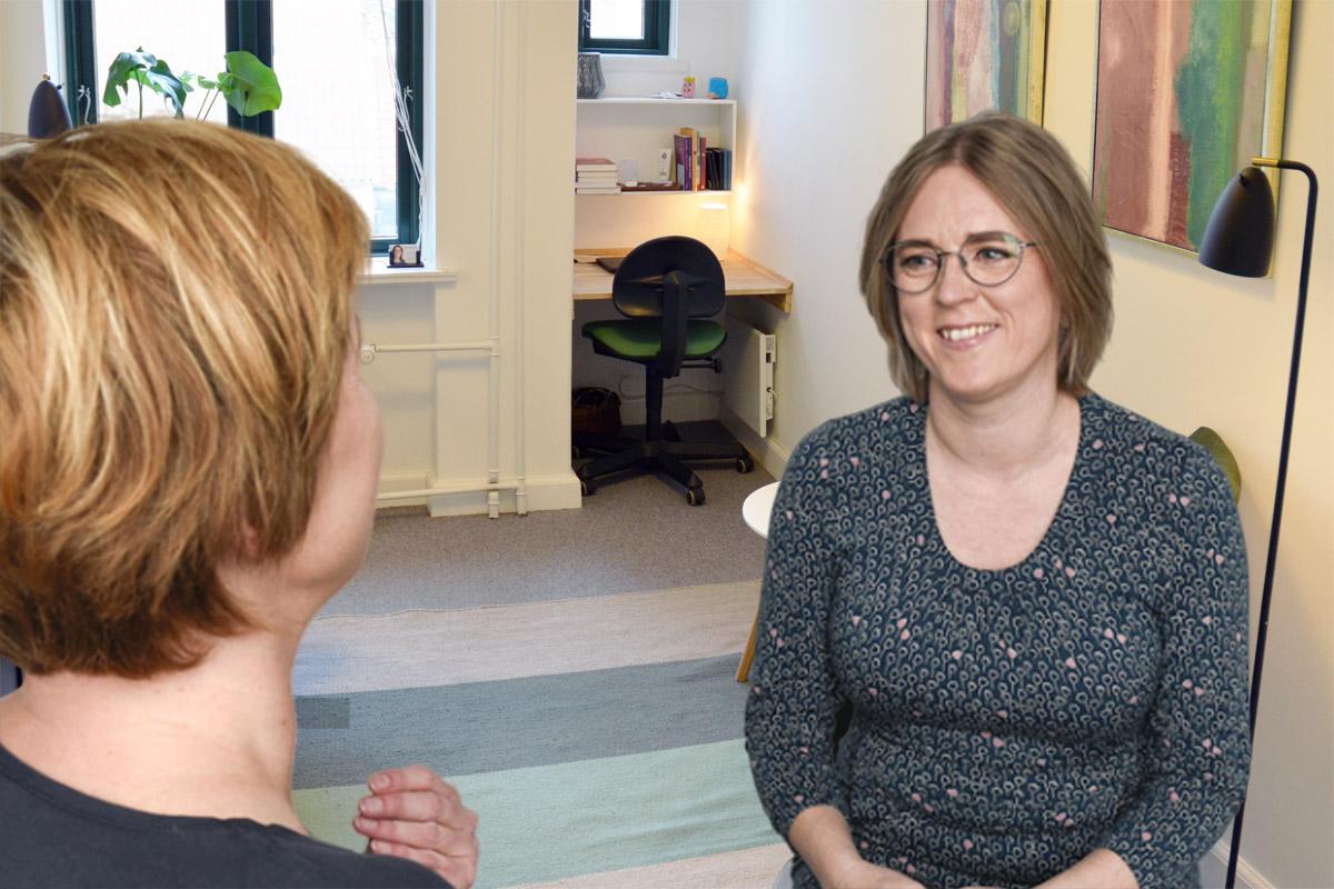 Psykoterapeut i Århus taler med klient